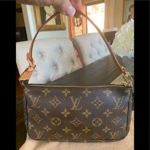 LOUIS VUTTON! Pochette Accessories Bag  in EUC.